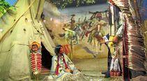 Szenerie in der Villa Bärenfett mit Exponaten aus der Welt nordamerikanischer Indianer.