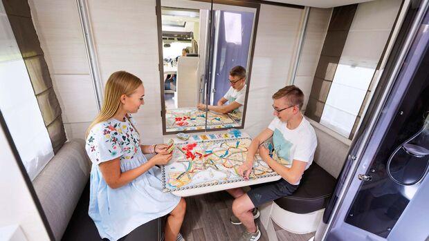 Tagsüber kann die kleine Sitzgruppe als Kinderzimmer genutzt werden.