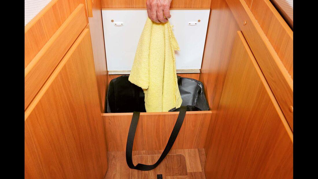 Tasche im Stufenfach sammelt Schmutzwäsche im Hymer Exsis-t