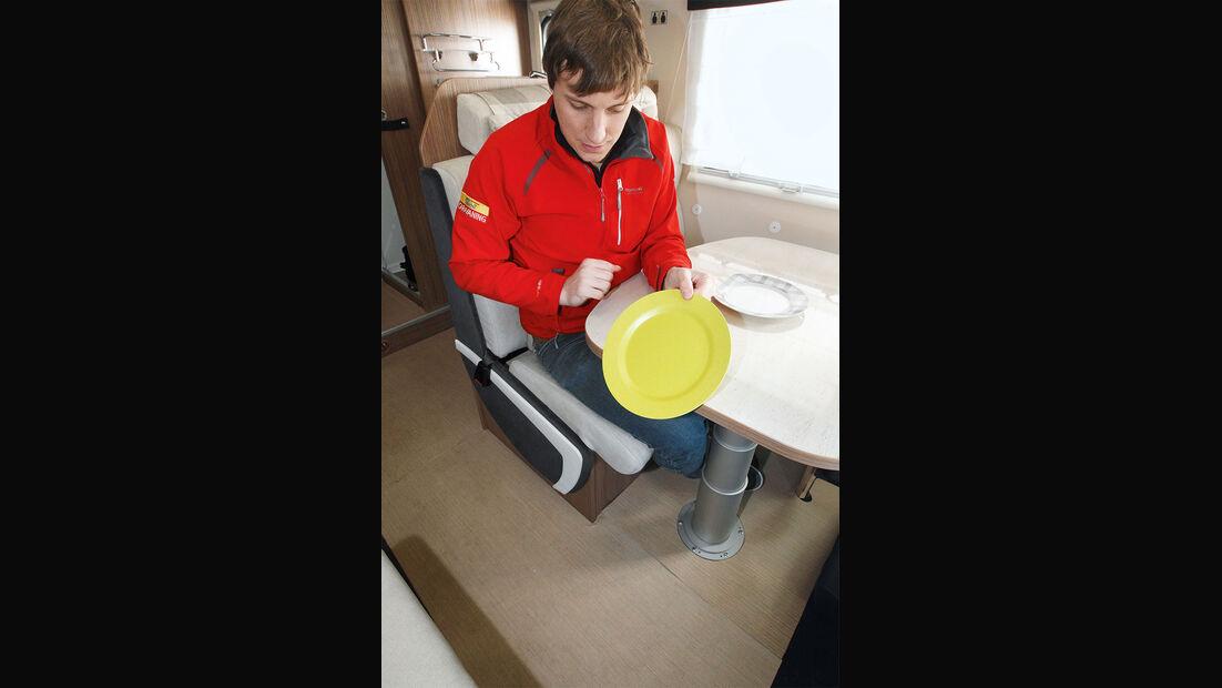 Teller fällt vom Tisch