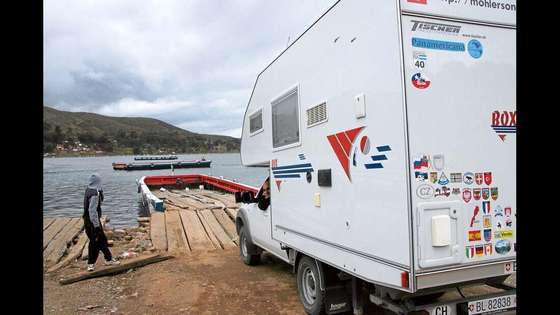 Titicacasee, Bolivien: Mit einer abenteurlichen Fähre kann man den See an seiner schmalsten Stelle überqueren.