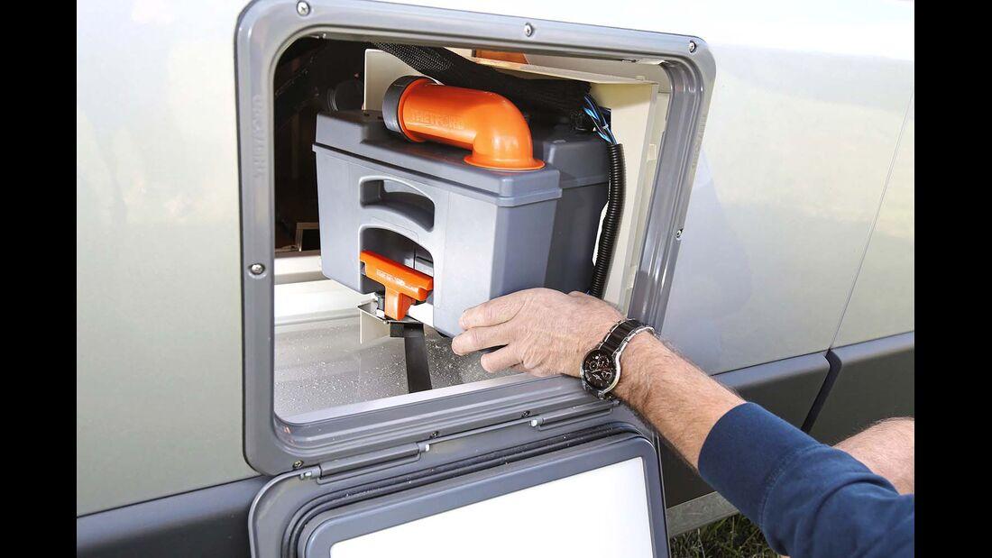 Toilette mit offenem Kassettenschacht beim Malibu Van 600 LE