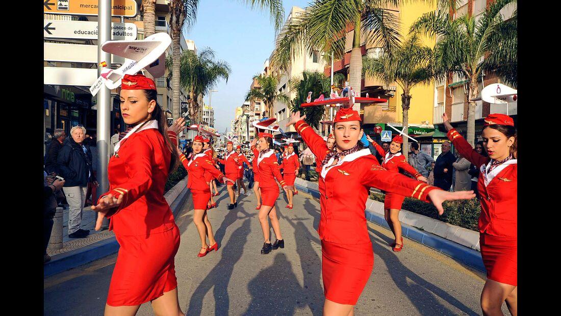 Torre del Mar: Der Karneval ist der erste touristische Höhepunkt der Saison. Der große Straßenumzug wird vor allem von vielen, schön herausgeputzten Fußgruppen bestritten.