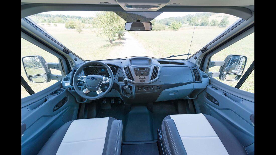 Transit-Cockpit mit großen Fensterflächen und vielen Ablagen beim Chausson Welcome 620
