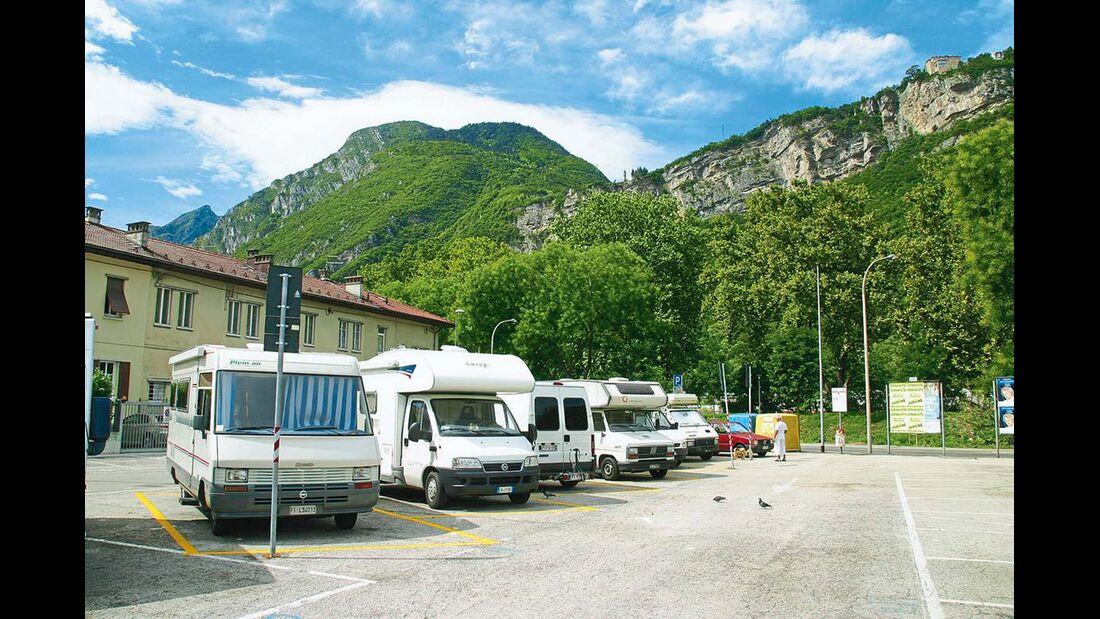 Trento: der Großparkplatz neben Stadion und Bahnlinie.