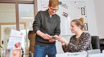 Übergabe der Lernmaterialien für die Führerscheinprüfung