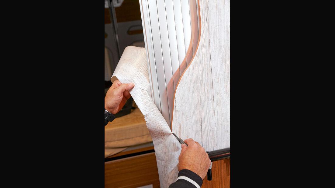 Überstehende Folie an Ecken und Kanten sorgfältig abschneiden