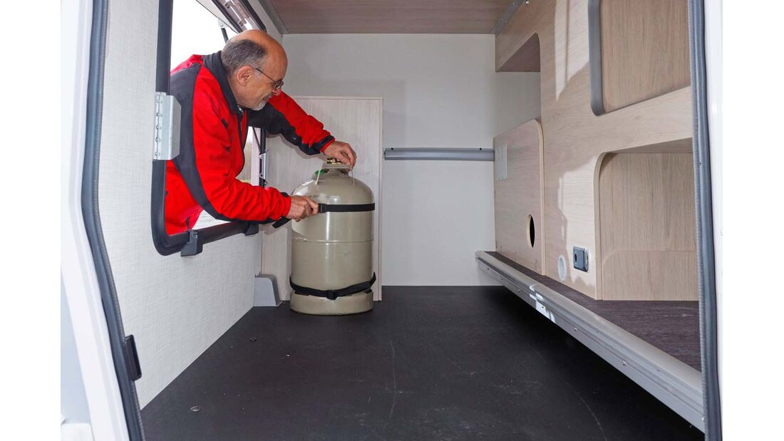 Üppige Garage mit Halter für zweite Gasflasche.