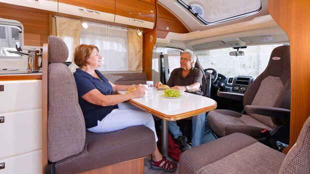 Um die einzelne Standsäule des Tischs bleibt viel Beinfreiheit.  Das Dachfenster über dem Fahrerhaus kostet 1249 Euro extra.