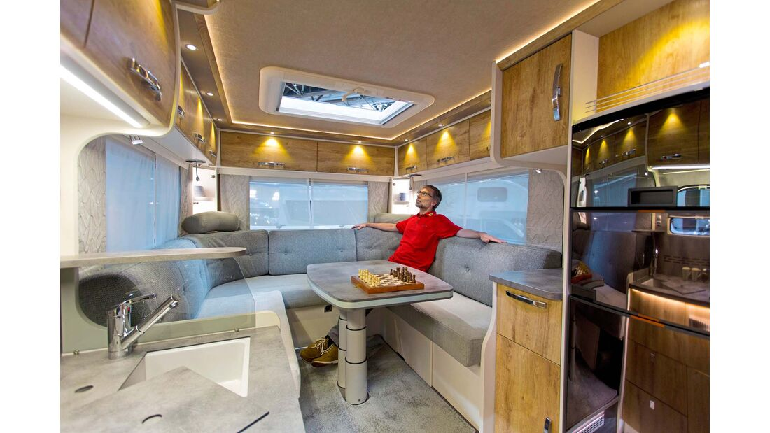 Unter der Sofaecke im I 7400 Plus bleibt viel Raum für die Garage, die auch durch eine Heckklappe zugänglich ist.