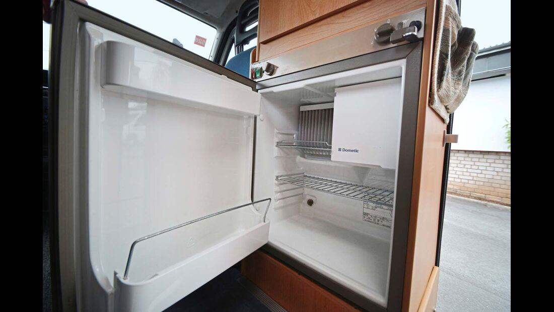 Unterhalb des Kleiderschranks ist der Kühlschrank untergebracht.
