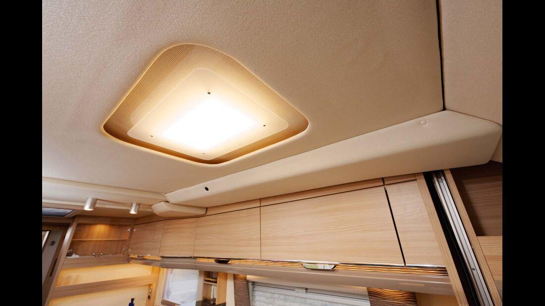 Unterm Hubbett gleicht eine helle LED das fehlende Tageslicht aus.