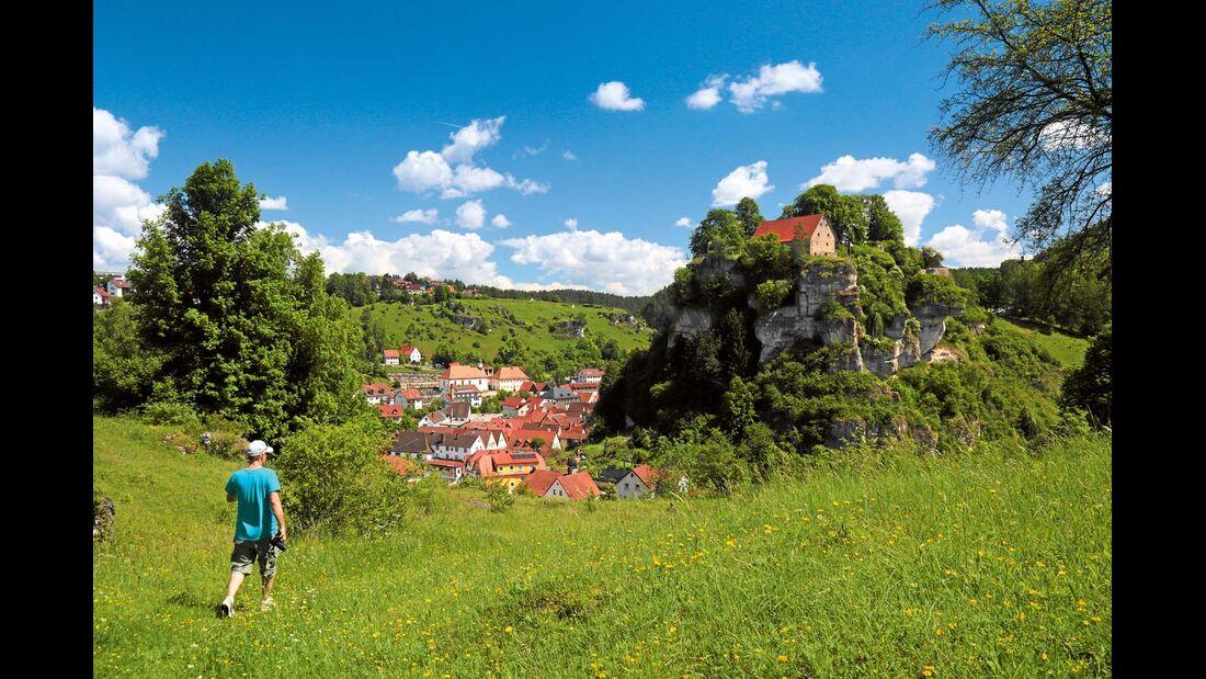 Unterwegs mit Blick auf den Ort Pottenstein.