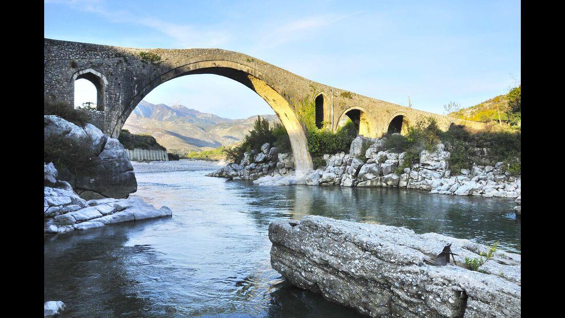 Ura e Mesit bei Shko der, der bedeutendste osmanische Brückenbau in Albanien.