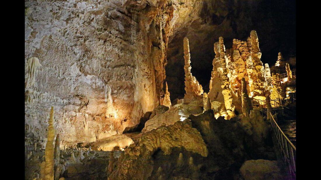 Uralte Skulpturen machen die Grotten so besonders.