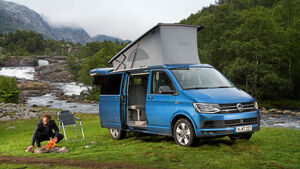 VW California Coast mit aufgespanntem Dachbett