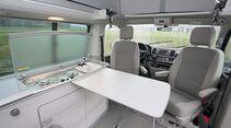 VW California mit längs eingebautem Möbelmodul