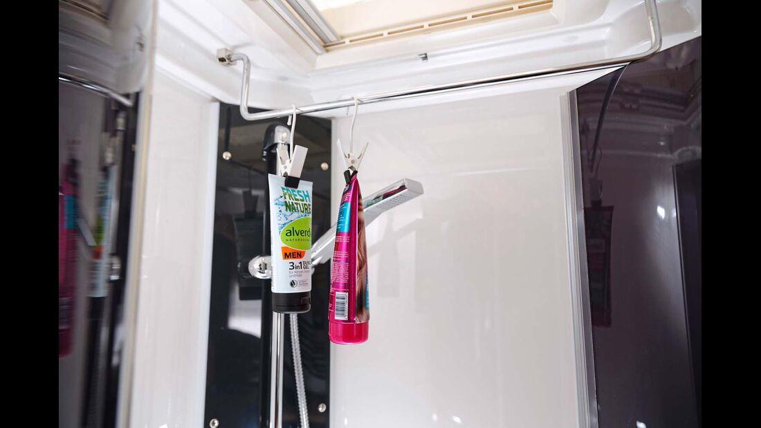 Variation: Die Haken können auch ganz bequem an die Duschvorhang- oder Handtuchstange gehängt werden.
