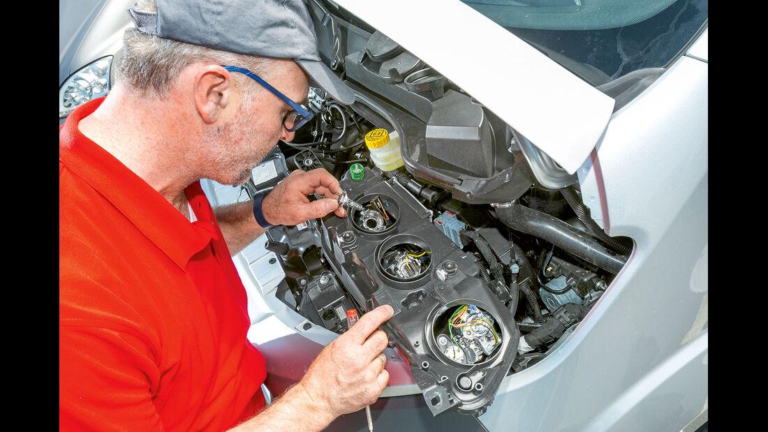 Vergleichstest, Basisfahrzeuge, Servicefreundlichkeit: Fiat-Lampenwechsel