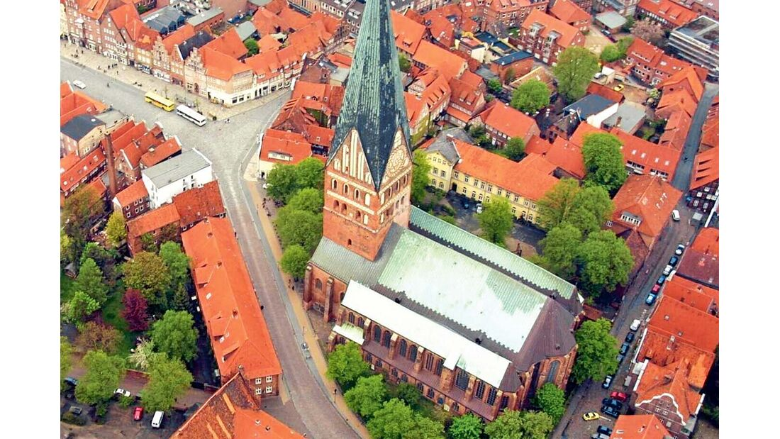 Verspielt wirkende Giebelhäuser, enge Kopfsteinpflastergassen und die mächtigen Türme der Stadtkirchen St. Johannis, St. Nicolai und St. Michaelis prägen das Bild der alten Salzstadt.