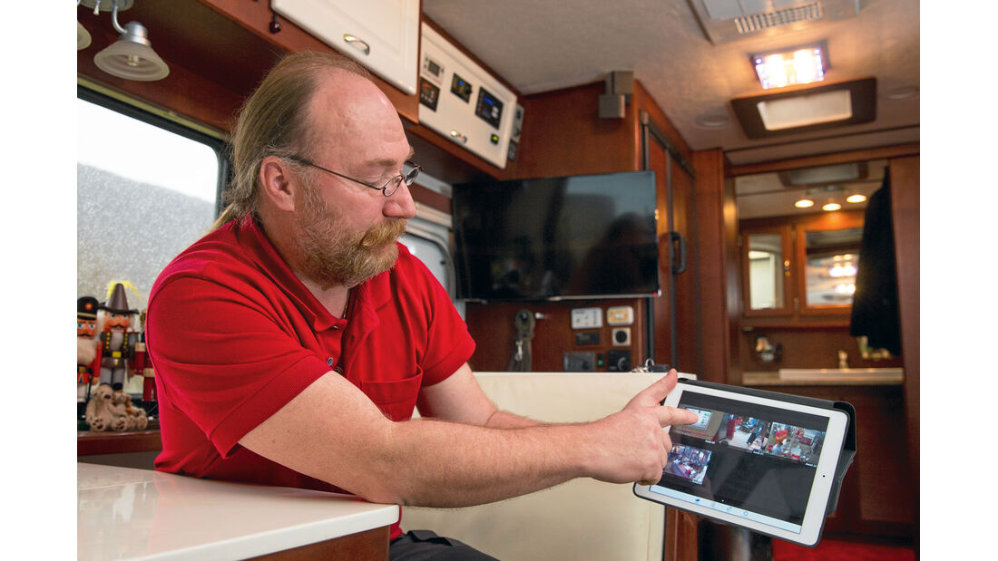 Via Tablet und Webcams kann Bauermann einen Blick in seinen Betrieb werfen.
