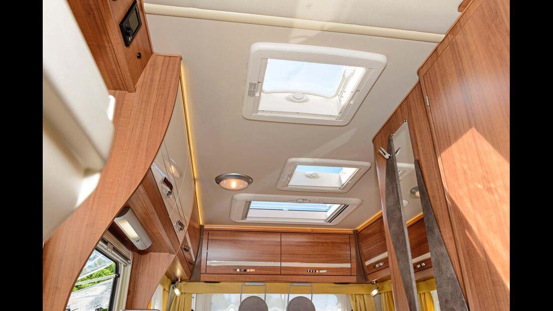 Viel natürliches und direktes wie indirektes LED-Licht im Innenraum.