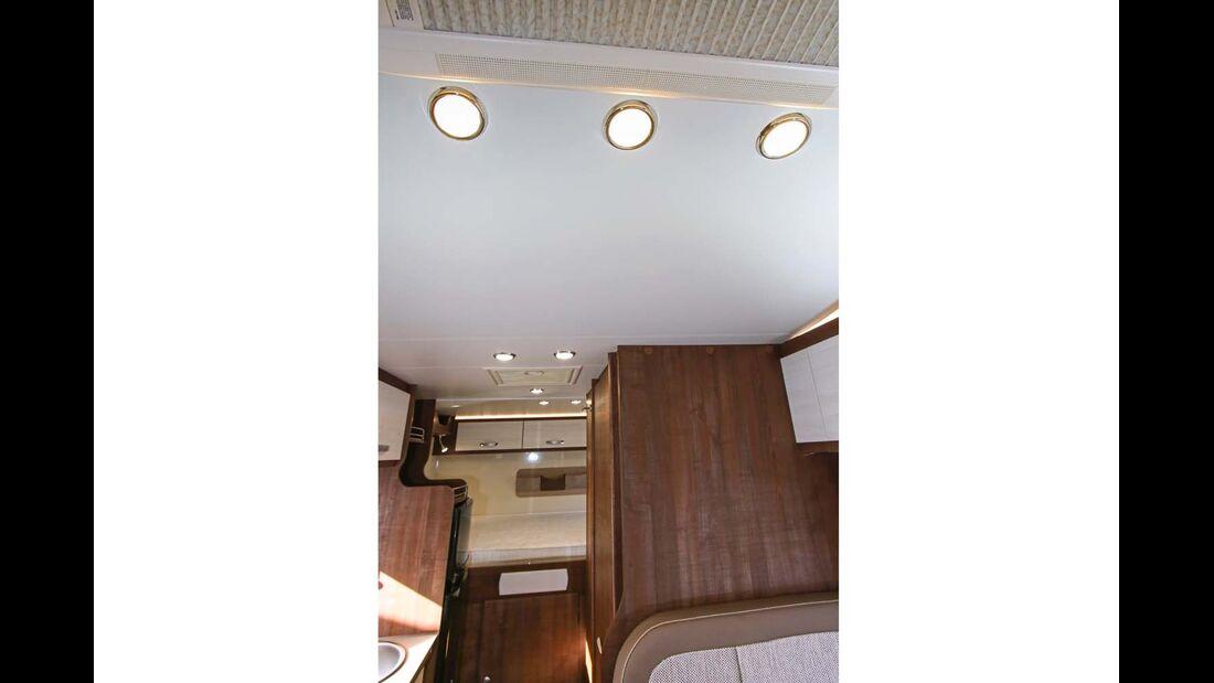 Viele Deckenlampen sorgen für Helligkeit in allen Bereichen.