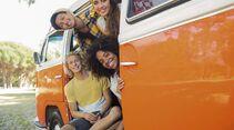 Vier junge Erwachsene in einem alte Campingbus