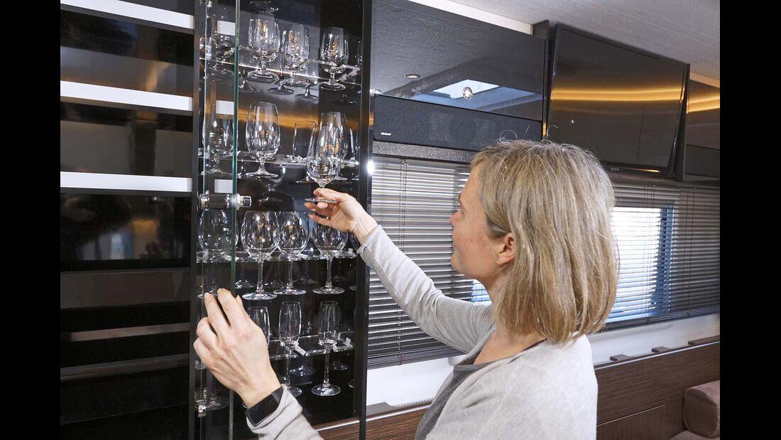 Vitrine mit Gläsern für Bier, Wein oder Schampus.