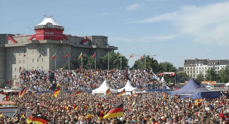 Vom 16. Juni bis 13. Juli feiert Hamburg eine große Fußballparty. Das Heiligengeistfeld verwandelt sich dann zum Public Viewing Schauplatz. Bereits zum fünften Mal werden 50.000 Zuschauer erwartet.