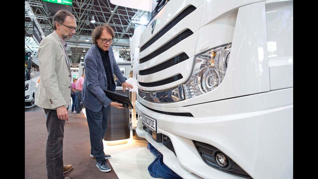 Vom Mercedes-Lkw Actros, der gleichzeitig als  Basisfahrzeug dient, stammen die Scheinwerfer.