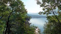 Vom Stellplatz aus rund um den Levico-See radeln, am besten ganz bequem mit dem E-Bike.