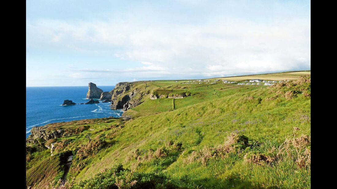 Vom Trewethett Farm Camping Park führt ein Küstenpfad zur Artusburg Tintagel im Nordwesten Cornwalls.