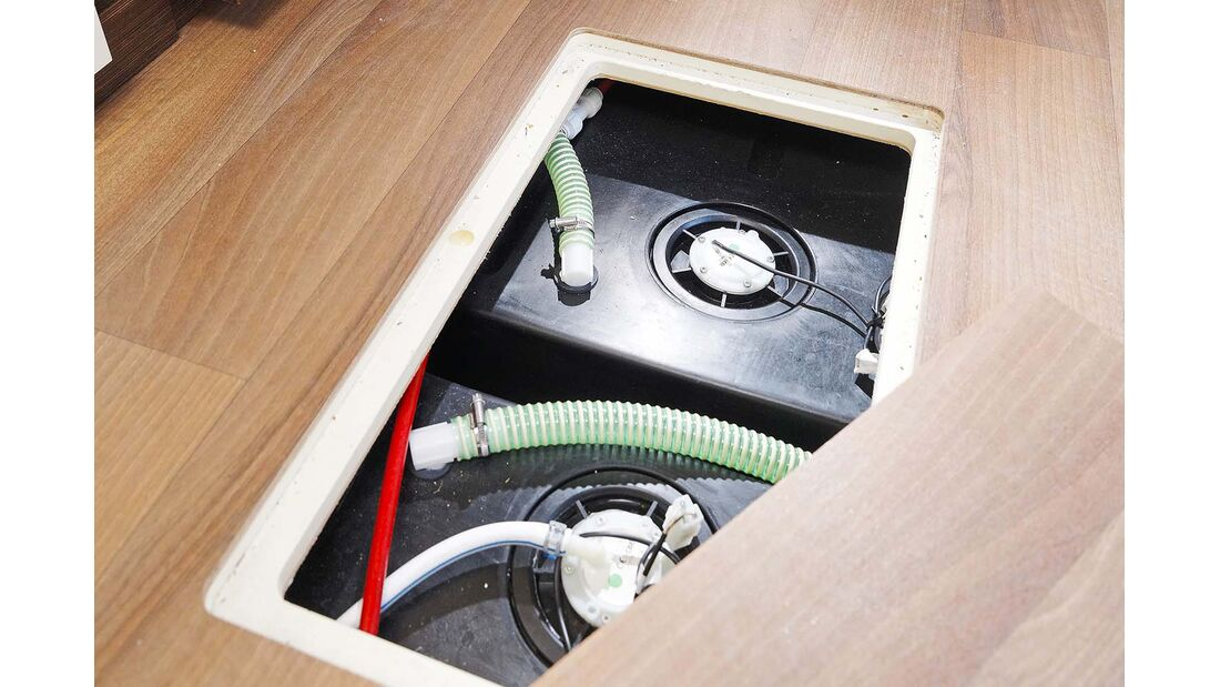 Von innen erreichbare, im Doppelboden geschützte Wassertanks.