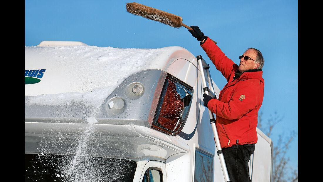 Vor Fahrtantritt den Schnee entfernen.