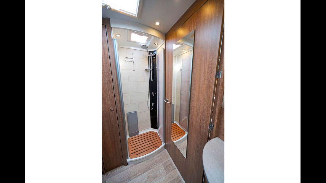 Vorn lockt ein richtiges Bad- und Ankleidezimmer mit separater Dusche.