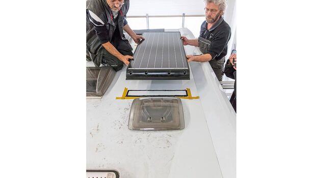 Vorsichtig wird das Solarmodul auf die mit der Dichtmasse behandelte Fläche gehoben und anschließend leicht angedrückt.