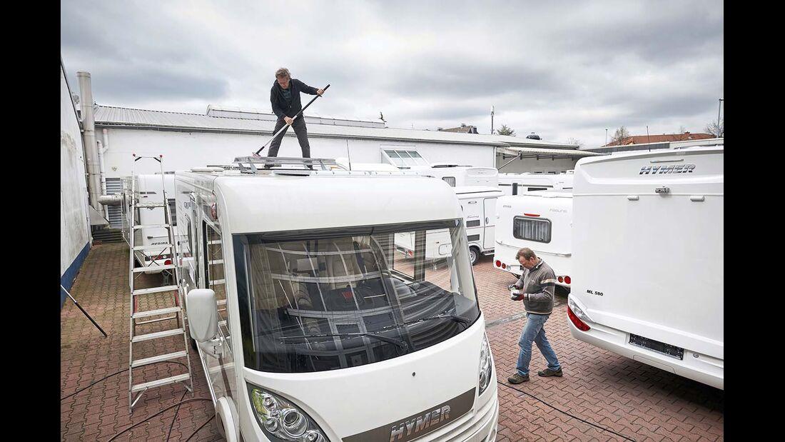 Während die Werkstatt auf Hochtouren läuft, müssen gleichzeitig neue und gebrauchte Fahrzeuge für die Auslieferung vorbereitet werden.