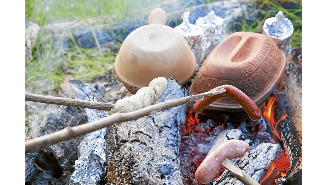 Wann ist das Feuer Gut? Ein Heizfeuer ist groß, ein Kochfeuer eher klein, niedrig und hat eine kräftige Glut. Wenn sich die Flammen verziehen, das glühende Holz als Glutbett auf der Feuerstelle verteilen. Ohne Garstein oder Rost stellt man die Kochutensilien auf die Glut, so verbrennen hochlodernde Flammen das Essen nicht.
