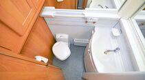 Waschbecken und WC teilen sich den Raum