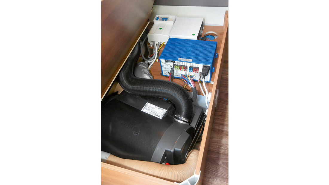 Wassertank, Elektrik und Heizung in der Sitztruhe.
