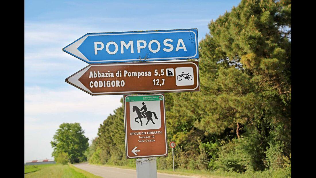 Wegweiser zur Abtei von Pomposa.