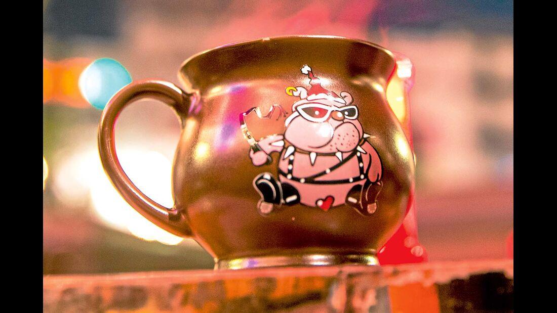 Weihnachtstasse mit lustigen Motiv zum leckeren Glühwein trinken.