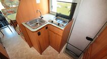 Weil der Kühlschrank gegenüber eingebaut ist, hat die Küche des Europeo 78 viel Platz.