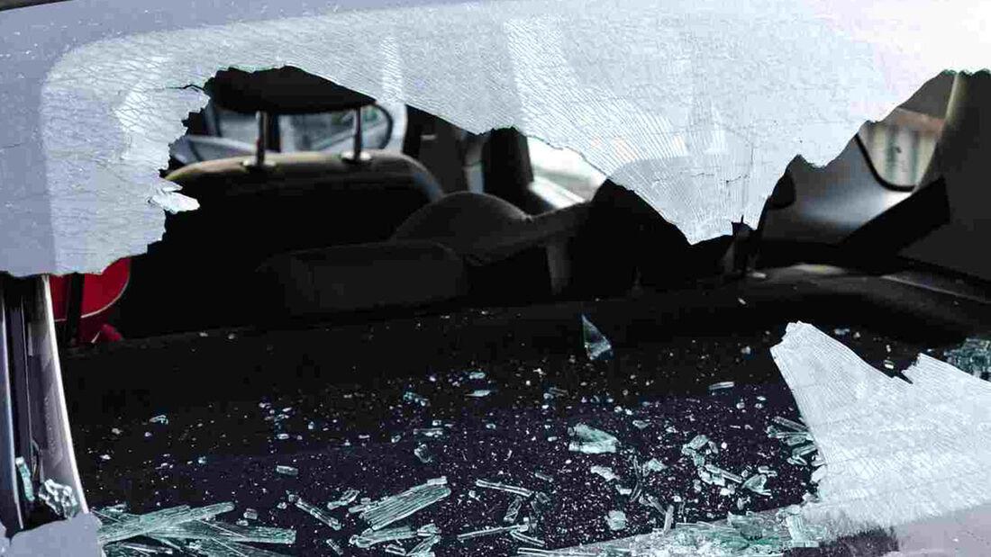 Wenn das Auto zur Zielscheibe von Übeltätern wird, erleben die Besitzer eine böse Überraschung. CosmosDirekt erklärt, wie Autofahrer hohen Kosten vorbeugen und was bei Vandalismus-Schäden zu tun ist.