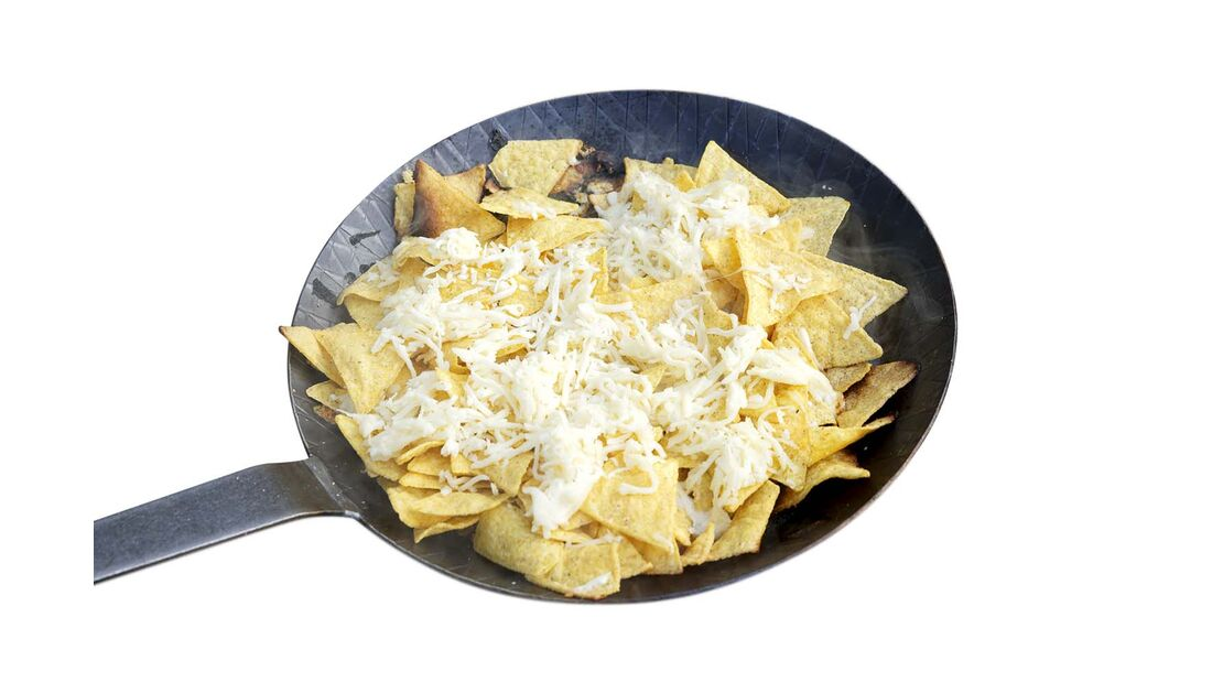 Wer Eindruck schinden will, benutzt feuerfestes Grillgeschirr wie etwa eine gusseiserne Pfanne. Damit kann man auf der Glut braten oder Nachos mit Käse als Vorspeise reichen.