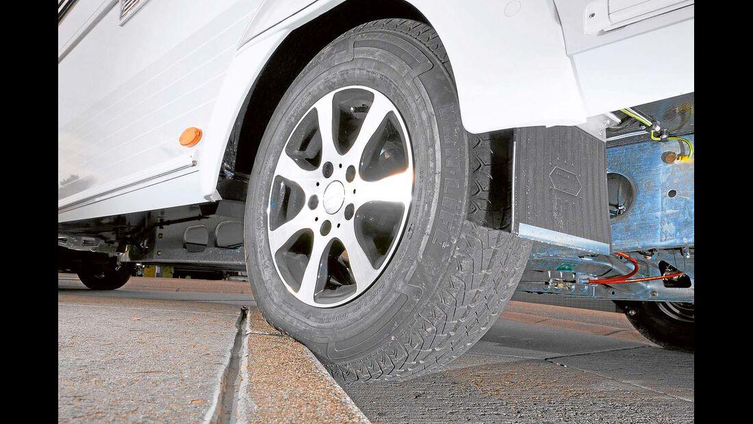 Wer in flachem Winkel über einen Bordstein fährt, klemmt die Reifenschulter zwischen Felge und Boden ein.