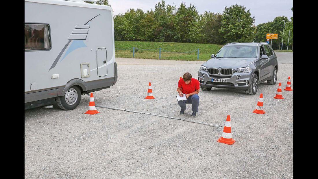 Wie breit die ueberholspur im Vergleich zum Reisemobil und zum Auto ist, zeigen die Pylonen.