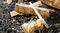 Wie mache ich Feuer? Am besten wie die Indianer: Mit einem Feuer-Tipi. In die Mitte kommt der Zunder, leicht brennbares Material wie trockene Birkenrinde oder Holzwolle. Um den Zunder bauen Sie das Anzündholz, sprich dünne Äste oder kleine Holzscheite. Mit einem Streichholz entflammen Sie den Zunder, der dann das Anzündholz anfeuert. Wenn das Holz richtig lodert, geben Sie größere Scheite Brennholz darauf – nicht zuviel, sonst erstickt es. Falls nötig, pusten. Halten Sie für den Ernstfall einen Eimer Wasser oder Feuerlöscher griffbereit.