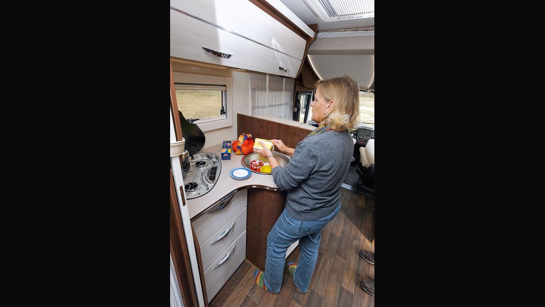 Winkelküche mit viel Stauraum und großem Kühlschrank gegenüber im Forster I 738 EB